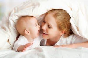 mãe e bebê se olhando